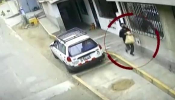 La huida del ladrón fue captada por cámaras de seguridad adquiridas por vecinos de Independencia. (Captura: América Noticias)