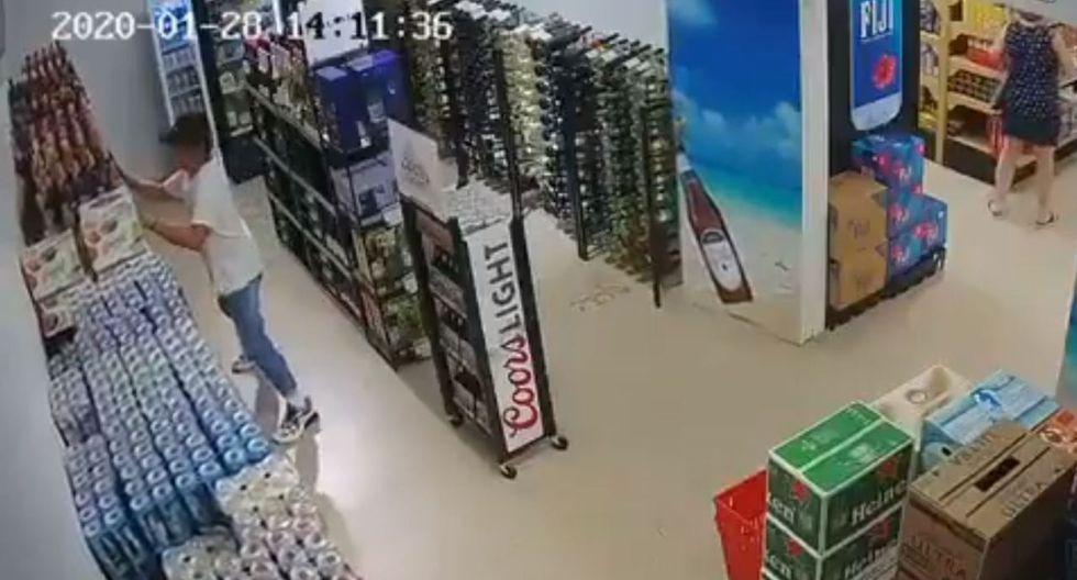 Tras abandonar el local y optar por preservar su integridad, varias botellas terminaron rotas y su líquido derramado en el piso.