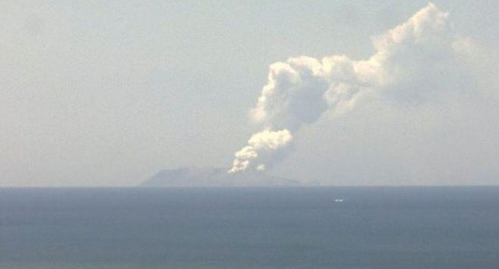 En la imagen se aprecia el humo del volcán Whakaari, también conocido como White Island cuando entra en erupción. (Reuters / Institute of Geological and Nuclear Sciences)