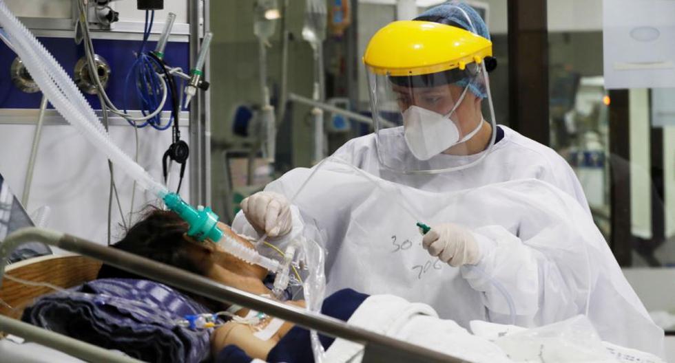 Personal médico trabaja en una unidad de cuidados intensivos en el Hospital El Tunal, en Bogotá (Colombia). (EFE/ Carlos Ortega).