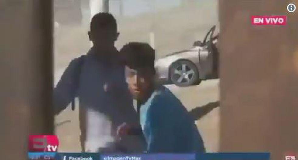 En las imágenes se observa cómo un agente de Estados Unidos dispara contra los migrantes que procuran atravesar el muro fronterizo. (Twitter/@subrayadomexico)