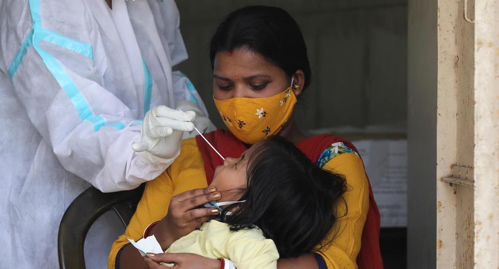 Una niña se somete a una prueba PCR para detectar coronavirus COVID-19 en Nueva Delhi, India, el 15 de abril de 2021.  (EFE/EPA/RAJAT GUPTA).