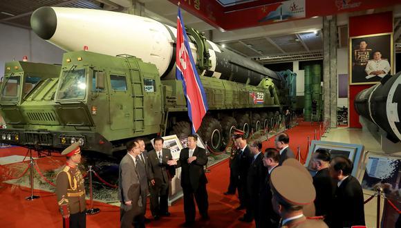"""El líder norcoreano Kim Jong-un habla frente a un misil balístico intercontinental (ICBM) mostrado durante la exposición """"Autodefensa-2021"""" en la Casa de Exposiciones de las Tres Revoluciones en Pyongyang. (Foto de STR / varias fuentes / AFP)"""