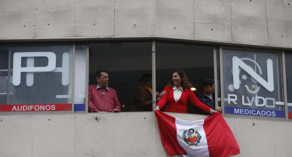Vecina de Miraflores mostrando su respaldo a deportistas peruanos. (Foto: Mario Zapata)