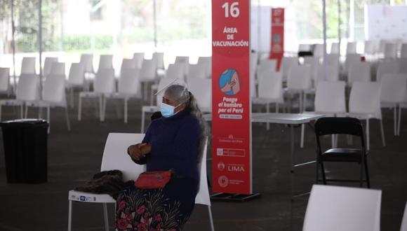 Personas están a la espera de recibir su vacuna contra el COVID-19. Foto: GEC