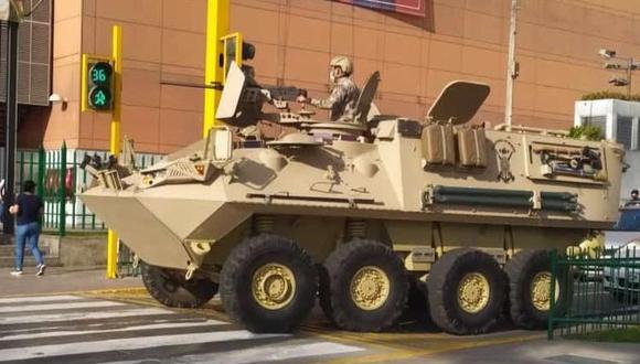 El vehículo blindado fue visto en la avenida La Marina, el el distrito de San Miguel, pero también en otras calles del distrito. (Captura: @deslengua_2)