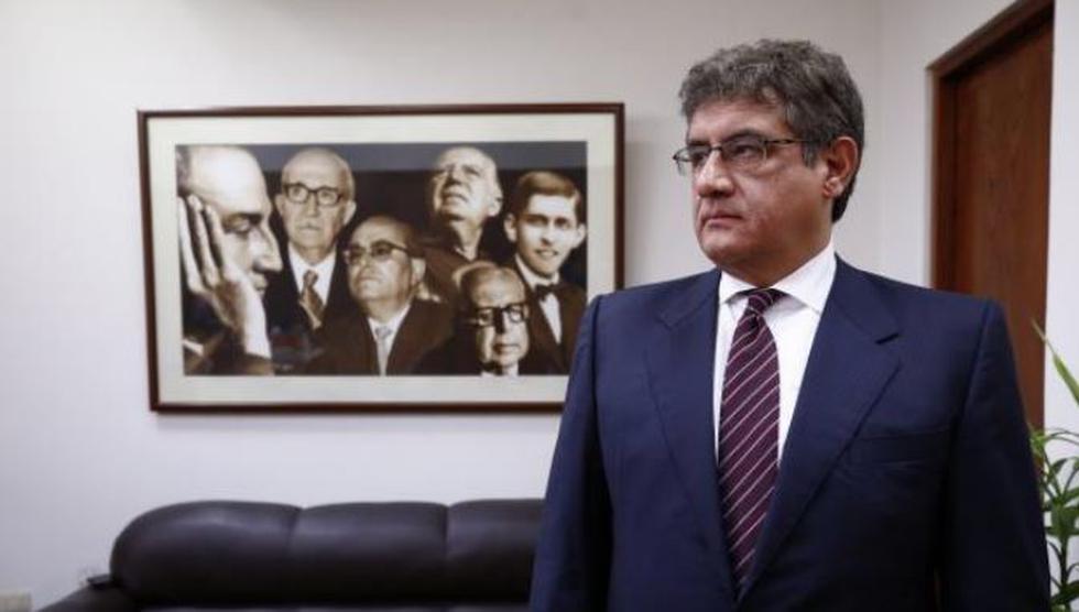 Juan Sheput mostró su sorpresa por la intervención de su colega Héctor Becerril durante la presentación de César Villanueva. (Perú 21)