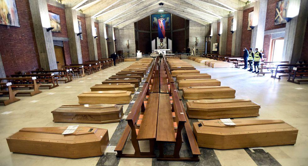 Los ataúdes se acumulan en una iglesia debido a la gran cantidad de muertes por coronavirus en Italia. (REUTERS / Flavio Lo Scalzo).