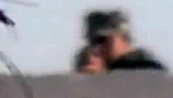 Este es el momento en que el solado egipcio dispara contra Ahmed Samir Assem. (YouTube)