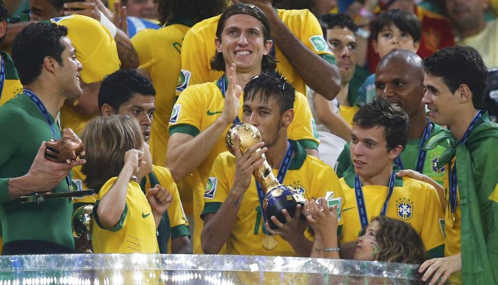 Neymar besa el trofeo de la Copa Confederaciones 2013. También se llevó el Balón de Oro y el Botín de Bronce. (Reuters)