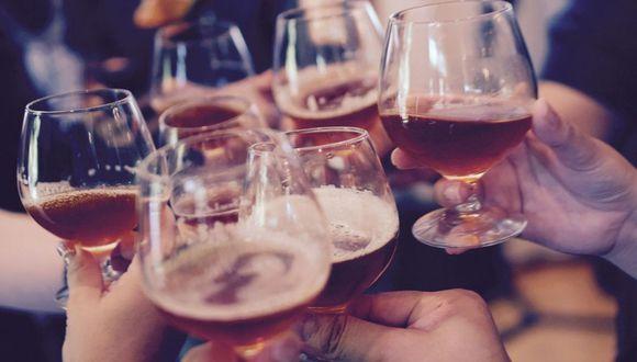 Si bebiste demasiado alcohol, toma dos litros de agua. (Foto: Pixabay)