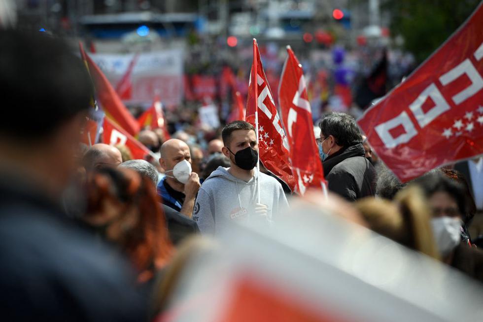 Miles de personas se sumaron este sábado a las manifestaciones por el 1 de Mayo en más de 70 ciudades y localidades de España, en las primeras manifestaciones por el Día del Trabajo desde que empezó la pandemia del coronavirus. (Texto y foto: AFP).