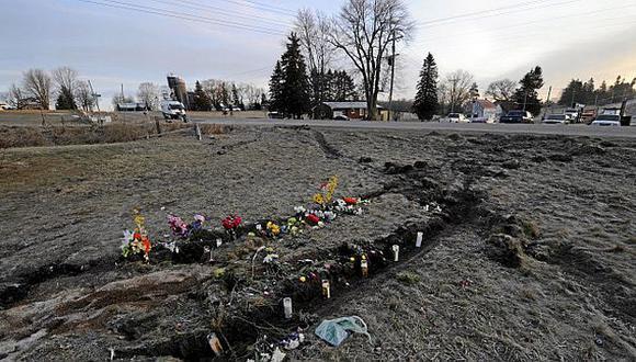 Seres queridos de las víctimas colocaron flores y peluches en la zona del accidente. (The Globe and Mail)