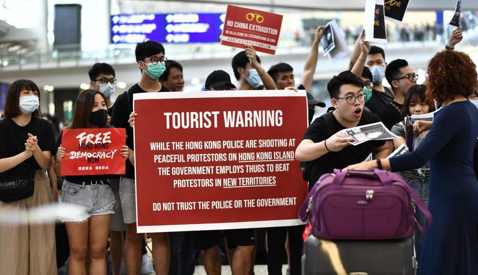 """Protesta en el aeropuerto de Hong Kong para """"educar"""" a los visitantes. (Foto: AFP)"""