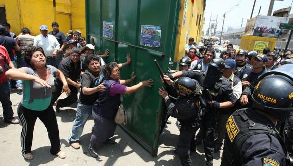 Otra vez, los comerciantes intentaron enfrentarse a la Policía. Sin embargo, el gran número de agentes restable. (Luis Gonzáles)