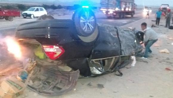 Áncash: Una mujer falleció y otros tres integrantes de su familia resultaron heridos al volcar el auto en el que viajaban de Piura a Lima para llevar a uno de sus integrantes a una cita médica