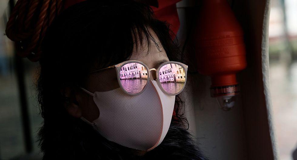 Un canal de Venecia se muestra en el reflejo de las gafas de sol que usa un turista con una máscara protectora en Venecia, Italia. (Foto: Reuters)