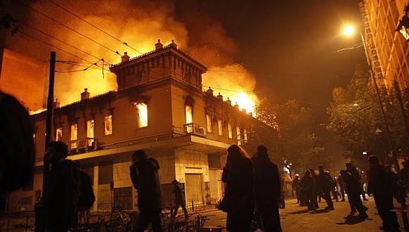 Los disturbios en Grecia incluyeron el incendio de varios edificios. (AP)