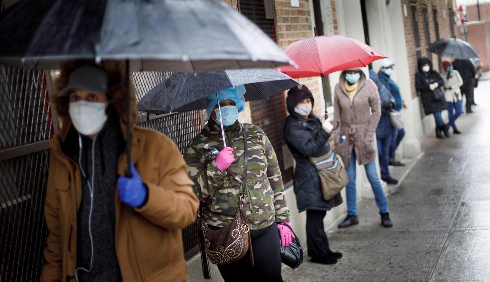 Ciudadanos esperan en filas, a veces hasta por cuatro horas, para realizarse una prueba de coronavirus, en el centro de salud Gotham en el Bronx, en Nueva York (EE.UU). (EFE/ Justin Lane).