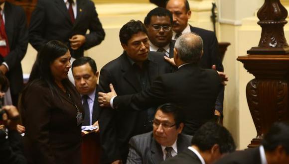 EN FUGA. Humala logró evadir a la prensa gracias al blindaje de su seguridad y personal del Congreso. (Rafael Cornejo)