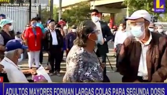 Desde tempranas horas de la mañana, varios adultos mayores están a la espera de recibir su segunda dosis. Foto: captura Latina