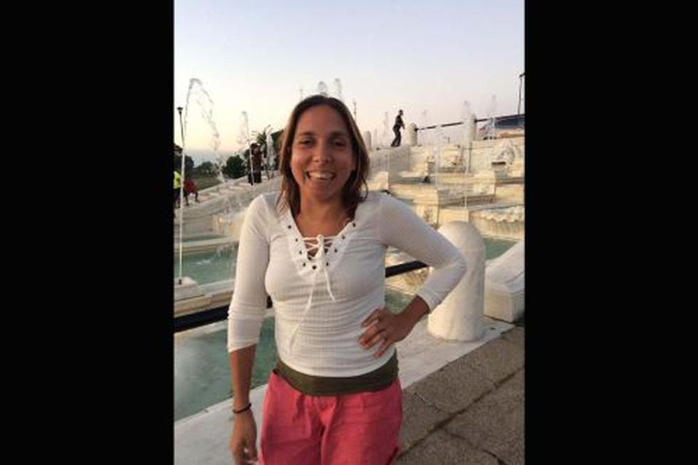 La turista estadounidense Carla Valpeoz es invidente,usa un bastón para movilizarse.(Captura: Facebook)