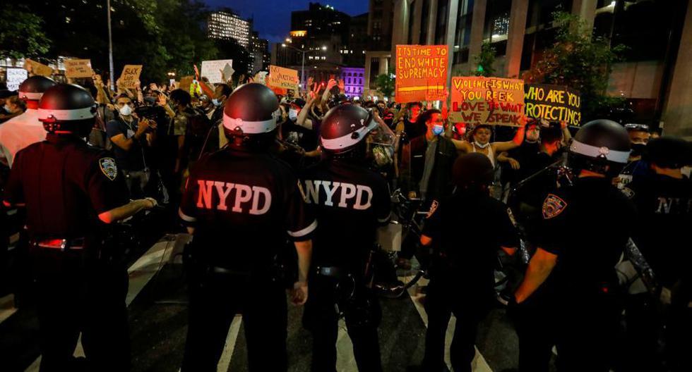 Imagen referencial. Oficiales de la policía de Nueva York hacen guardia mientras las personas participan de una protesta por la muerte de George Floyd. Archivo del 3 de junio de 2020. (REUTERS/Brendan Mcdermid).