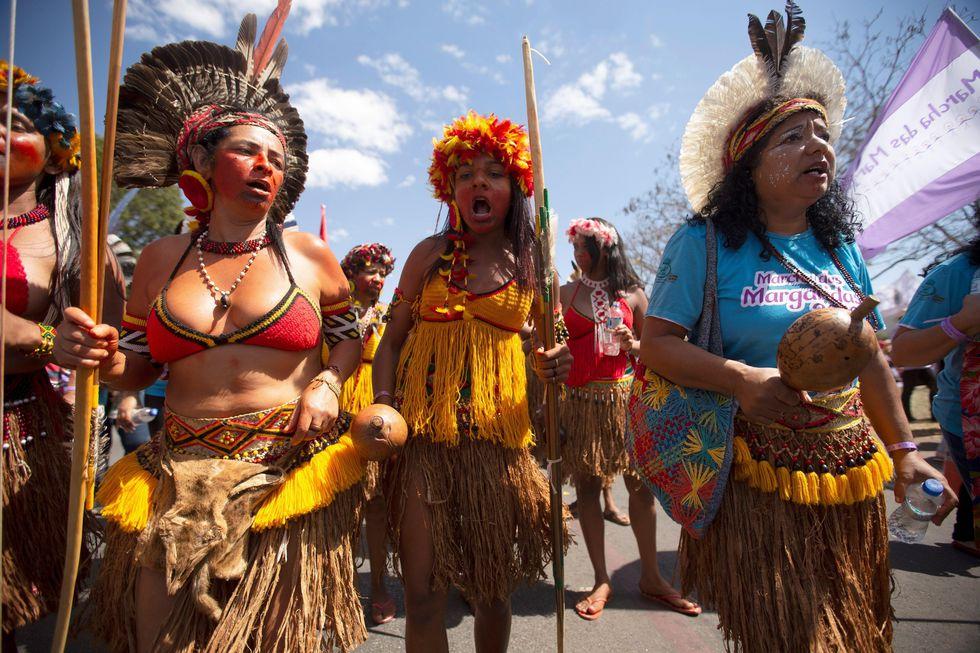 Unas 20.000 mujeres, en su gran mayoría campesinas e indígenas, colapsaron este miércoles la zona central de Brasilia. (Foto: EFE)