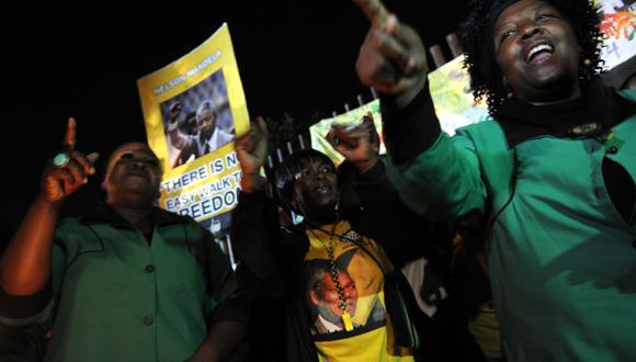 Duelo festivo. Sudafricanos lloran muerte de Mandela pero también celebran su gran legado. (AFP)