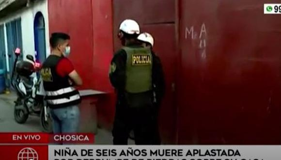Menor de 6 años perdió la vida tras quedar atrapada entre piedras y tierra que se deslizaron sobre su vivienda en Chosica. (Captura: América Noticias)