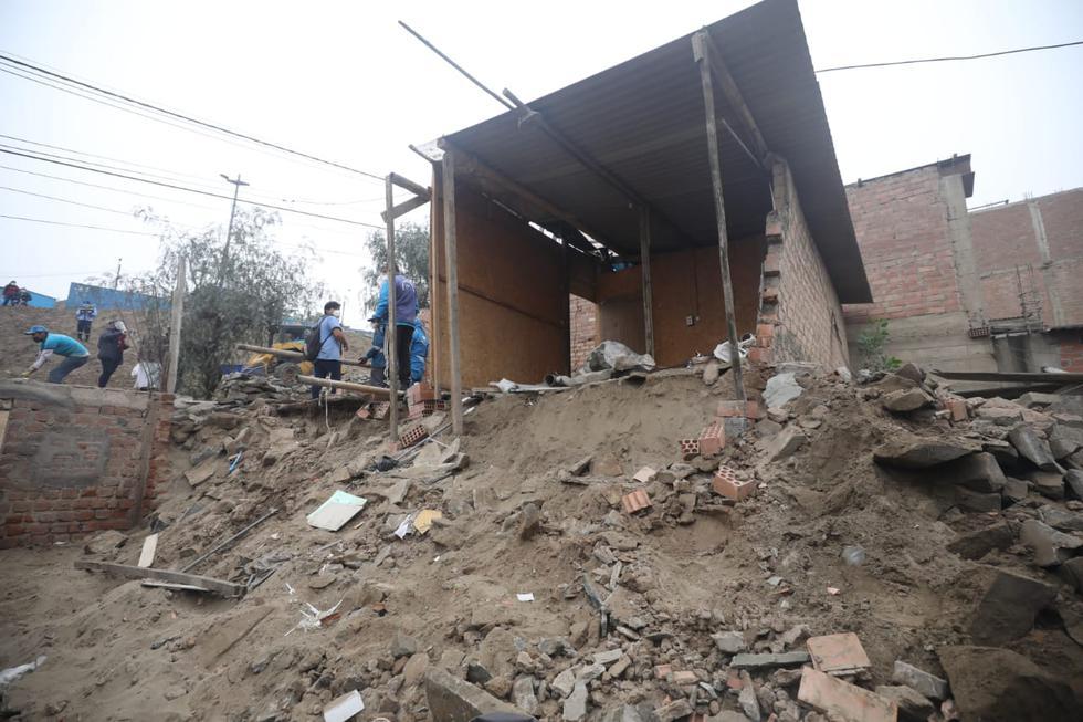 La pared de una vivienda se derrumbó tras el sismo de magnitud 6 que se reportó el último martes en el distrito de Mi Perú, en la región Callao. El hecho no dejó personas heridas pero sí cuantiosas pérdidas materiales. (Fotos Britanie Arroyo / @photo.gec)
