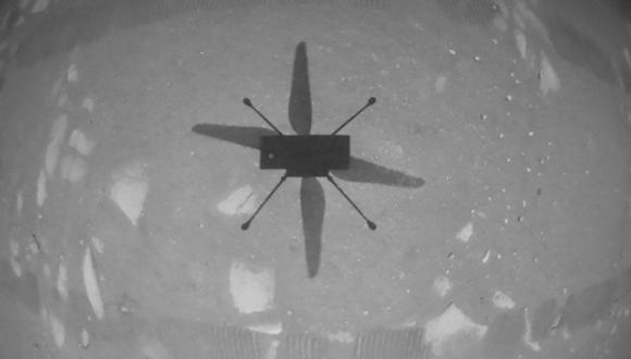 Esta foto de la NASA obtenida este 19 de abril de 2021 muestra el helicóptero Ingenuity mientras flotaba sobre la superficie marciana, durante la primera instancia de vuelo controlado y con motor en otro planeta. (AFP / NASA / JPL-Caltech / Cortesía)