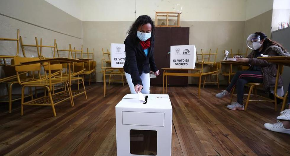 Referencial. Una mujer deposita su voto en la segunda ronda de las elecciones presidenciales en Ecuador. (Foto: EFE/ José Jácome).