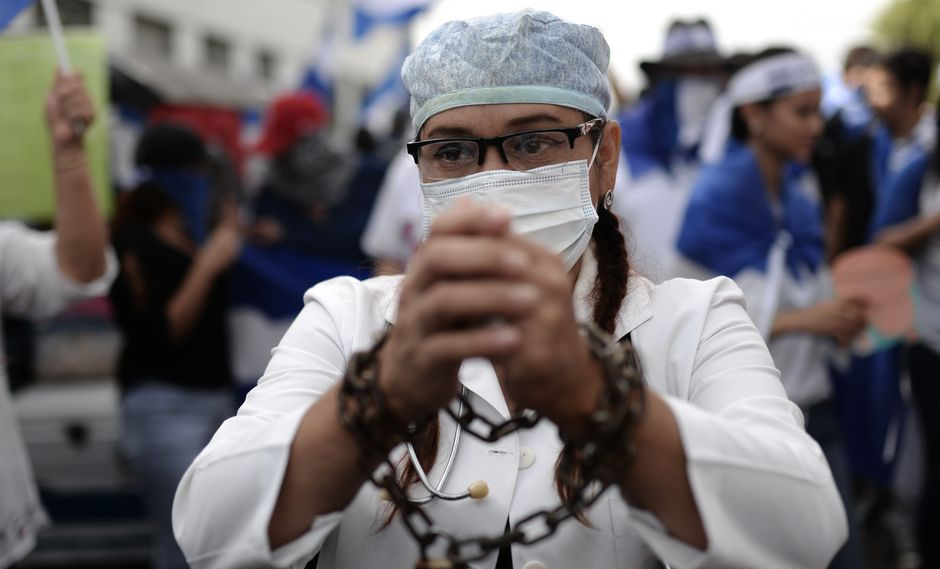 Médicos nicaraguenses denuncian despidos masivos por atender a heridos vinculados a protestas contra el régimen de Daniel Ortega (AFP).