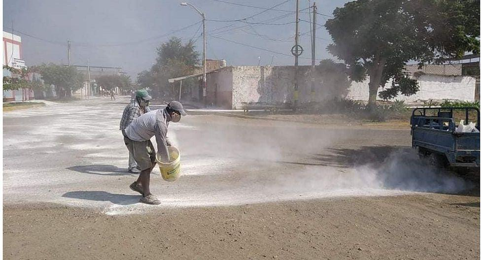 La Libertad: vecinos de Pacanga cubren calles con abundante cal por COVID-19. (Foto: GEC)
