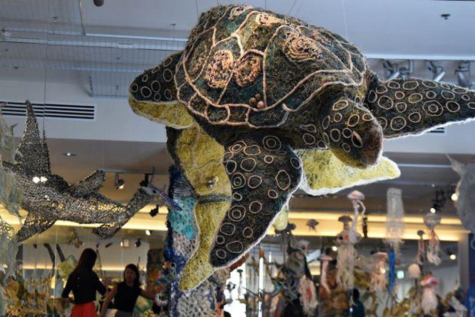 """Una instalación artística de una """"tortuga marina gigante"""" creada a partir de redes de pesca se exhibe en el Museo de Civilizaciones de Asia en Singapur. (Foto: AFP)"""