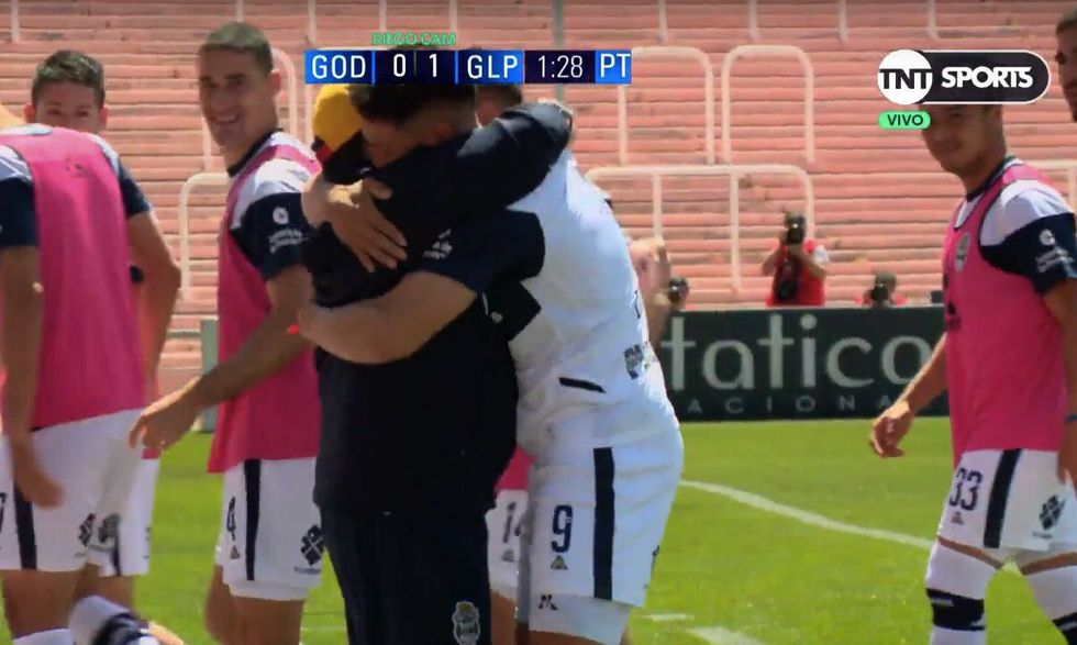 Diego Maradona y el abrazo con Contín tras golazo a Godoy Cruz. (Captura: TNT Sports)