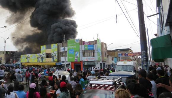 Incendio en Chimbote consumió al menos 80 puestos de venta. (Foto: Andina)
