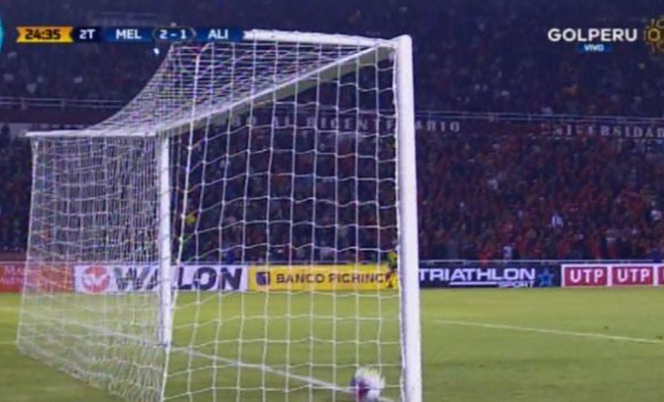 La pelota traspasó la línea final tras remate de 'Canchita' Gonzales. (Foto: Captura Gol Perú)