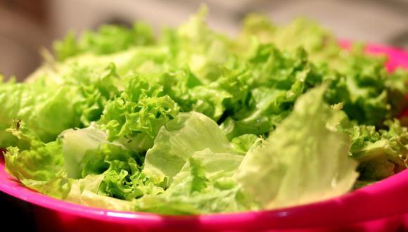 La lechuga es la base de muchas ensaladas, pero esta hortaliza debe estar bien lavada y desinfectada. (Foto: Pixabay)