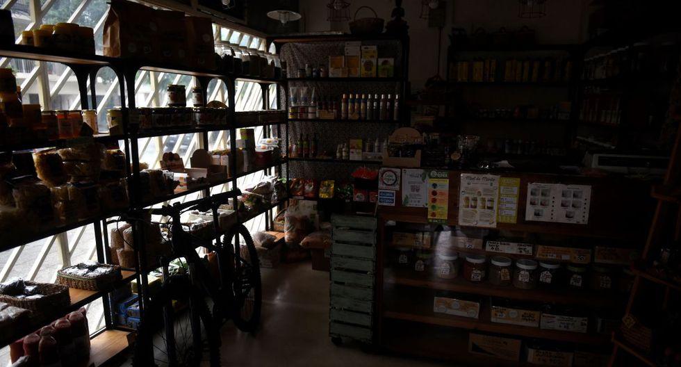 Una tienda en el barrio de Villa del Parque. Una de las zonas más afectadas por el corte de luz. (EFE).