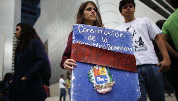 Incertidumbre. Jóvenes venezolanos no saben qué va a pasar ante la ausencia de Chávez. (Reuters)