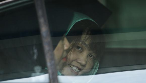 La vietnamita Doan Thi Huong sonríe desde un automóvil mientras es escoltada por la policía de Malasia fuera del Tribunal Superior de Shah Alam. (Foto: AFP)
