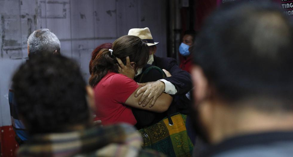 Imagen referencial. Miembros de una familia se abrazan afuera del Hospital Regional General Ignacio Zaragoza, en Iztapalapa, Ciudad de México. (AP/Rebecca Blackwell).