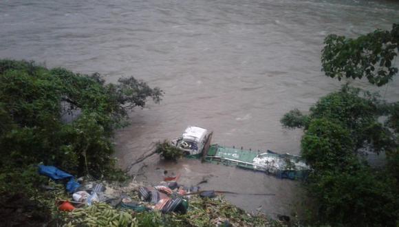 Huánuco: Vehículo pesado acabó en las orillas del río.