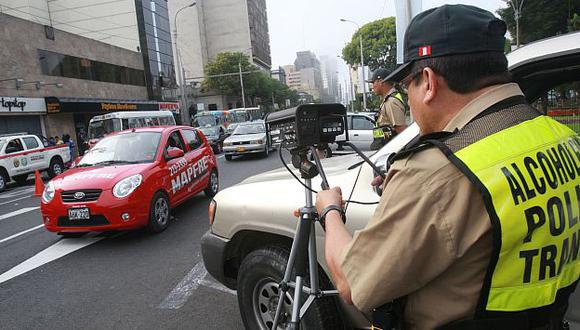 Los cinemómetros facilitan la labor de la Policía en los operativos. (Andina)