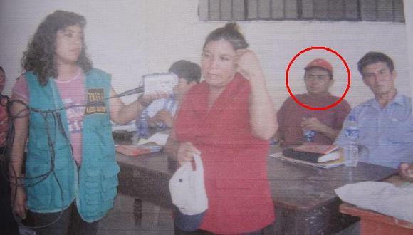 24 de noviembre de 2005: Santos (gorro rojo) observa a Petronila Vargas (blusa roja) en juicio popular. (Difusión)