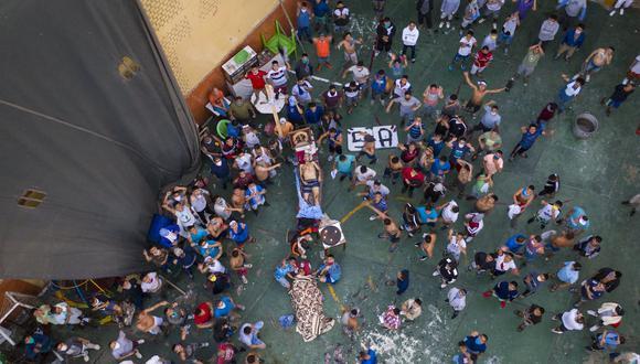 Imagen de archivo del levantamiento en el penal Castro Castro. Los reclusos estaban reunidos alrededor de los cadáveres. (Foto AP )