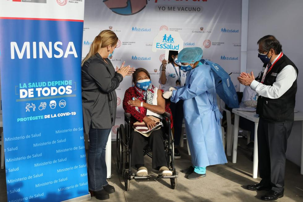Desde las primeras horas de la mañana se desarrolla el proceso de vacunación contra el COVID-19 de personas que requieren hemodiálisis en el Perú, quienes conforman el segundo grupo con comorbilidades priorizado por el Ministerio de Salud (Minsa). A estos pacientes se les aplicará la primera dosis de vacuna en los mismos centros de salud donde llevan sus tratamientos y en el horario programado. (Foto: Britanie Arroyo / @photo.gec)