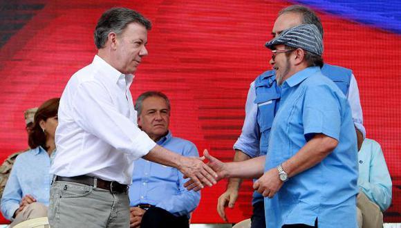 El presidente de Colombia Juan Manuel Santos y el cabecilla de las FARC Rodrigo Londoño dieron por cerrado el conflicto  (Efe).